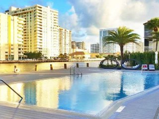Beach & City in Hallandale Pax 4/6 BW 1410