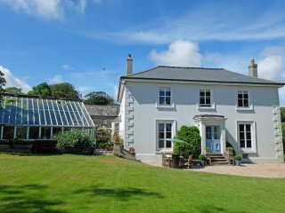 Beautiful Victorian South Devon Farmhouse Near Beach With Hot Tub And Gardens