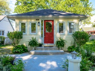 A Crystal Nook Cottage - 2 Minute Walk to the Beach!