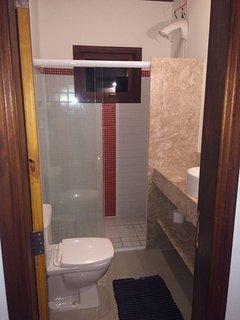 Banheiro comunicante para os 2 quartos.
