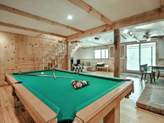 Bartlett Townhome w/Game Room, Deck & Pool Access!