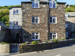 HOLLOWELL HOUSE, sleeps four, open plan, enclosed patio, Boscastle, Ref 955671