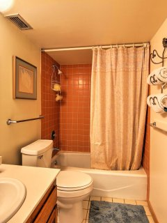 The home features 2 bathrooms for guests to use.