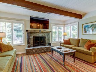 Fully remodeled townhome, close to skiing w/ shared hot tub & pool!