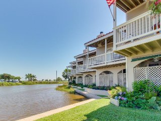 Country club access w/ water views, shared pool, golf, restaurant - dogs welcome