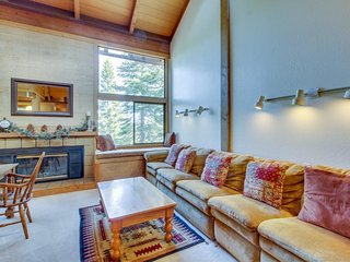 Spacious condo w/ shared pool, hot tub, sauna - close to slopes, dogs welcome!