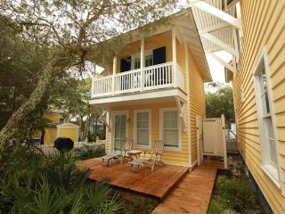 Romantic cottage with shared pool, quick beach access, & plenty of charm!