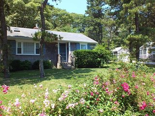 Cute Cottage - Half Mile to Nantucket Sound!
