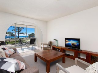Kingston Court unit 3 - Beachfront unit easy walk to clubs, cafes and