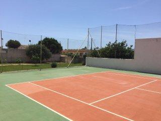 Prestigiosa villa al mare immersa nel verde con campo da tennis