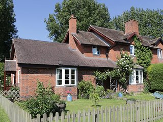 1 CAMBRIA COTTAGES, WIFI, woodburning stove, lovely gardens, Ref 961531