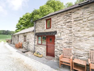 BONNYN DERW COTTAGE, romantic, cosy cottage, pretty grounds, exposed beams, near