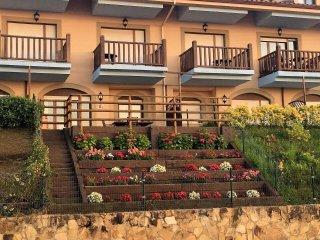 Precioso jardín principal con dos ambientes y flores de temporada