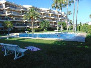 Apartamento 4 hab. 7 personas. Vistas piscina y jardin. A 2 minutos de la playa.