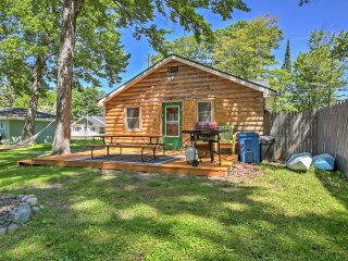 Cozy Houghton Lake Log Cabin w/Community Dock!