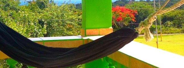 hammoch sul balcone. si può oscillare e freddo con voi affacciano la vista sull'oceano