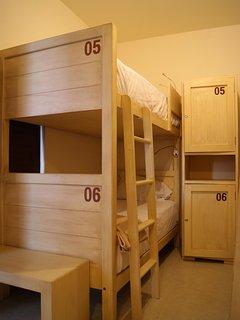Habitación mujeres, 6 camas. Dormitorio
