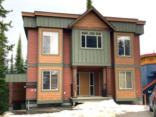 Guilt Inn - Deluxe 5 Bedroom / 4 Bath Home On the Ski-Way