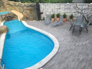 La piscine, le jacuzzi et la terrasse