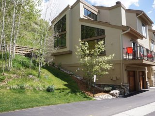 Airy Corner Unit Townhome, Private Hot Tub on Patio (241595)