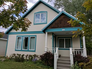 4 Bedroom + 2 Bedroom Cottage, Sleeps 17! Walking distance to downtown Cody