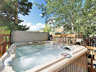 2BR Townhouse w/ Private Deck & Hot Tub - Near Keystone & Breckenridge