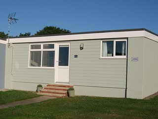 Pet friendly chalet in a peaceful location - right by the beach in Kessingland!
