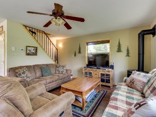Spacious & dog-friendly mountain retreat feet from the lake and close to town!