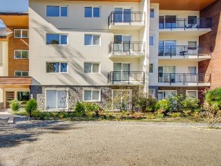 Inviting studio w/ a shared pool, BBQ areas, and soccer court. Lake nearby!
