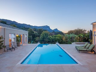 Dream Family Holiday Home in Upper Constantia. Mountain VIews & pool table.