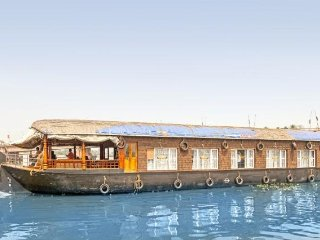 Postcard-perfect houseboat for a large group