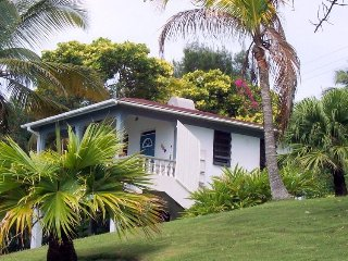 Fully equipped studio cottage with wonderful sea view on large lot