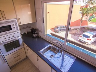 Full equipped kitchen with views to the pool