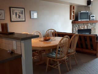 Great Escape - Affordable Fully Equipped Creekside Condo - Sleeps 7