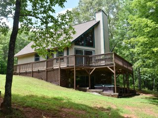 Aunt B's Retreat - 2 BR, 2 BA, Full finished Bsmt, 2 1/2 acres of privacy!