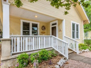 Mistletoe House - Walking Distance to Main Street
