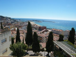 ESPECTACULARES VISTAS AL MAR PUERTO Y ARENYS3 Villa de 69 m2, patio privado 104m