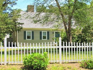 3 BED/2 BATH PET FRIENDLY VACATION RENTAL IN COTUIT WITH A/C AND LINENS!