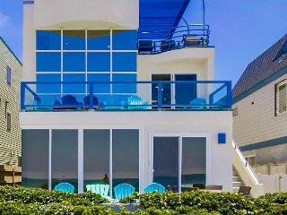 Stunning oceanfront penthouse- glass living room, multiple decks, jacuzzi tub