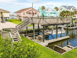 Serene 3BR w/ 3 Outdoor Living Spaces, Canal Views & Private Boat Dock