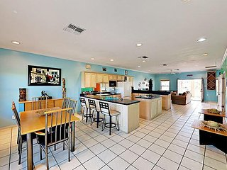 All-Suite 3BR w/ 4 Balconies & Game Room - Walk 2 Minutes to the Beach