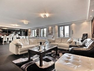 3BR WITH STUNNING VIEWS OF SEINE & AIRCON