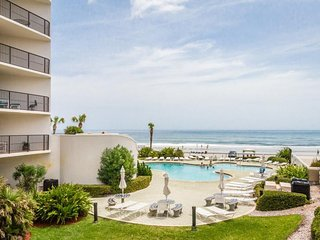 Oceanfront condo w/ balcony, views, shared pool and hot tub - snowbirds welcome!