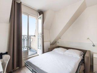 Studio with balcony with Eiffel view!