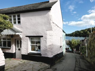1 Glendale is a traditional cottage & a stone's throw from The Quay, Dittisham.