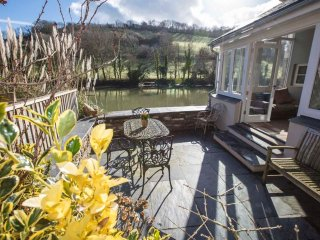 Duck Cottage  is a superb holiday cottage located right on the waters edge.