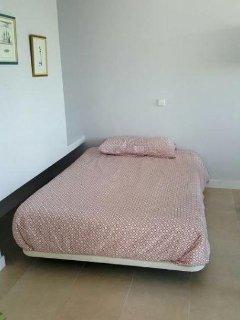 Cama doble (sofá cuando está recogida) en el salón