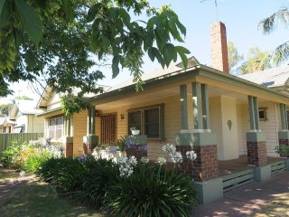Benalla Lakeview Cottage warm, views, spacious and perfect for large groups