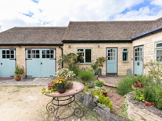 The Dingle, Chipping Norton, Cotswolds, Sleeps 12+4, Hot Tubs, Dog Friendly