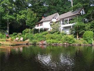 LAKEFRONT 3BR*Sleeps 8* fire pit* dock*Xbox